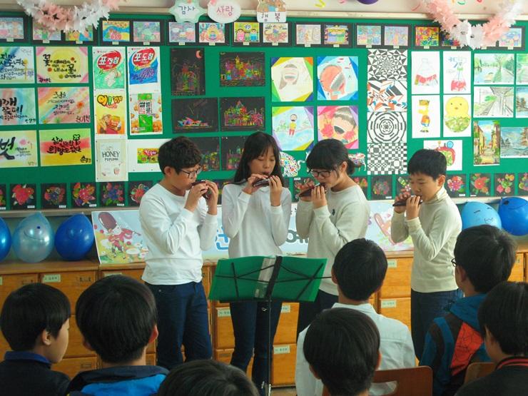 친구와 팀을 이뤄 오카리나를 연주하는 학생들