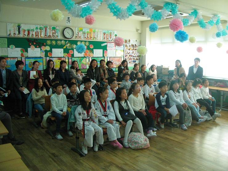 공연을 즐기는 학부모들과 학생들